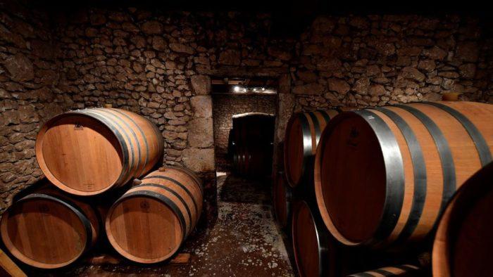 bảo quản thùng gỗ sồi trong hầm rượu