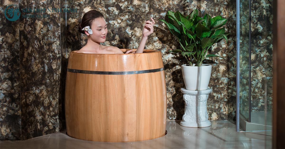 Tắm thảo dược trong bồn gỗ