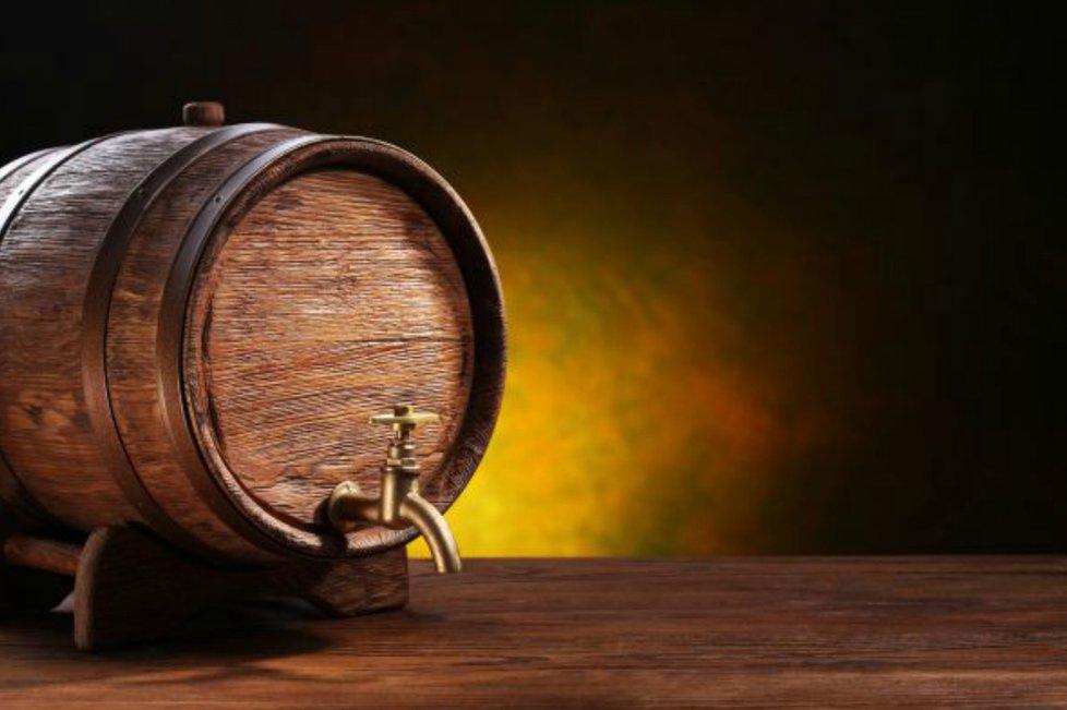 Thùng rượu gỗ sồi cũ