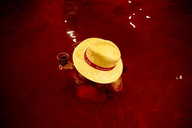 Du khách tắm bồn rượu vang đỏ