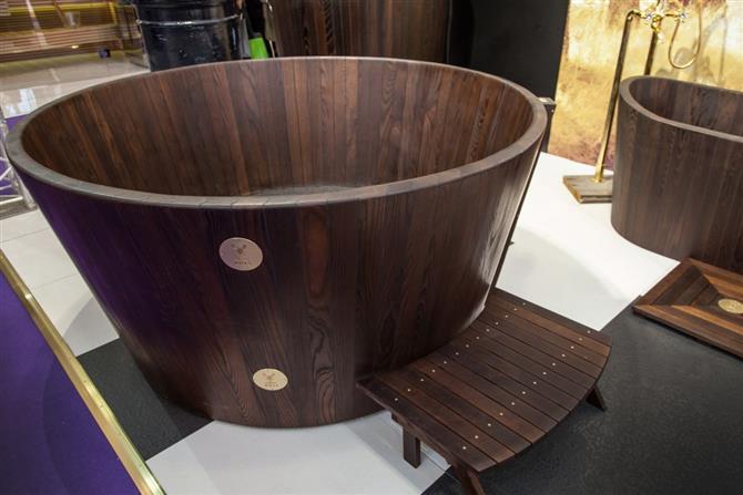 Bồn tắm tròn bằng gỗ