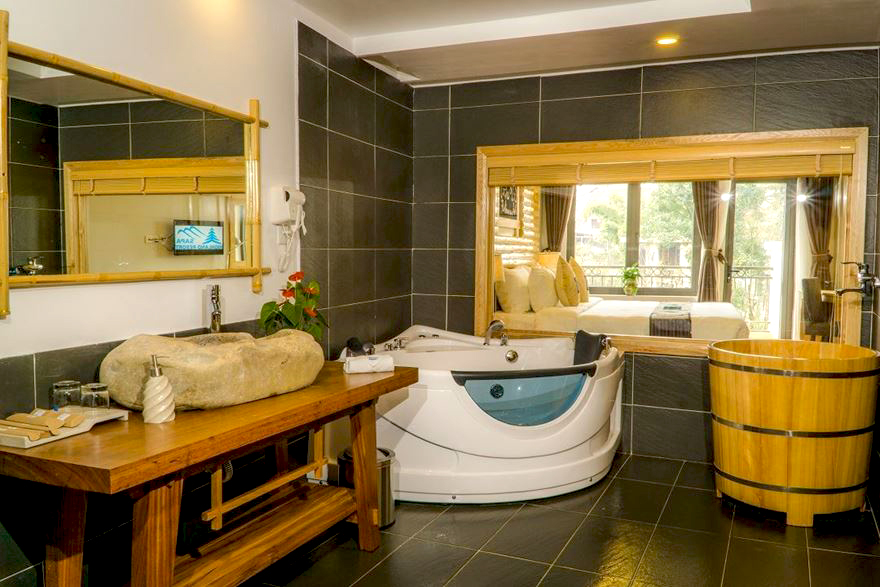 Sự kết hợp giữa bồn tắm jacuzzi với bồn tắm gỗ tròn