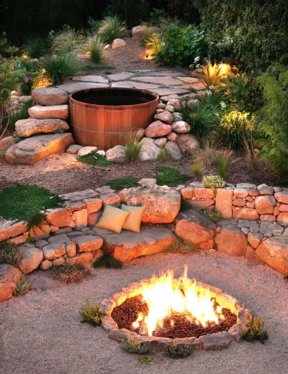 Tắm nước nóng bồn gỗ trong sân vườn