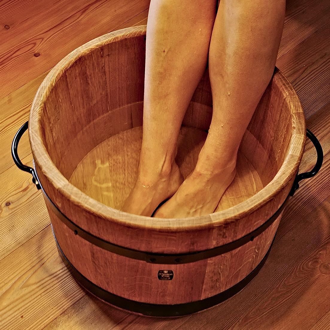 Ngâm chân với nước muối ấm