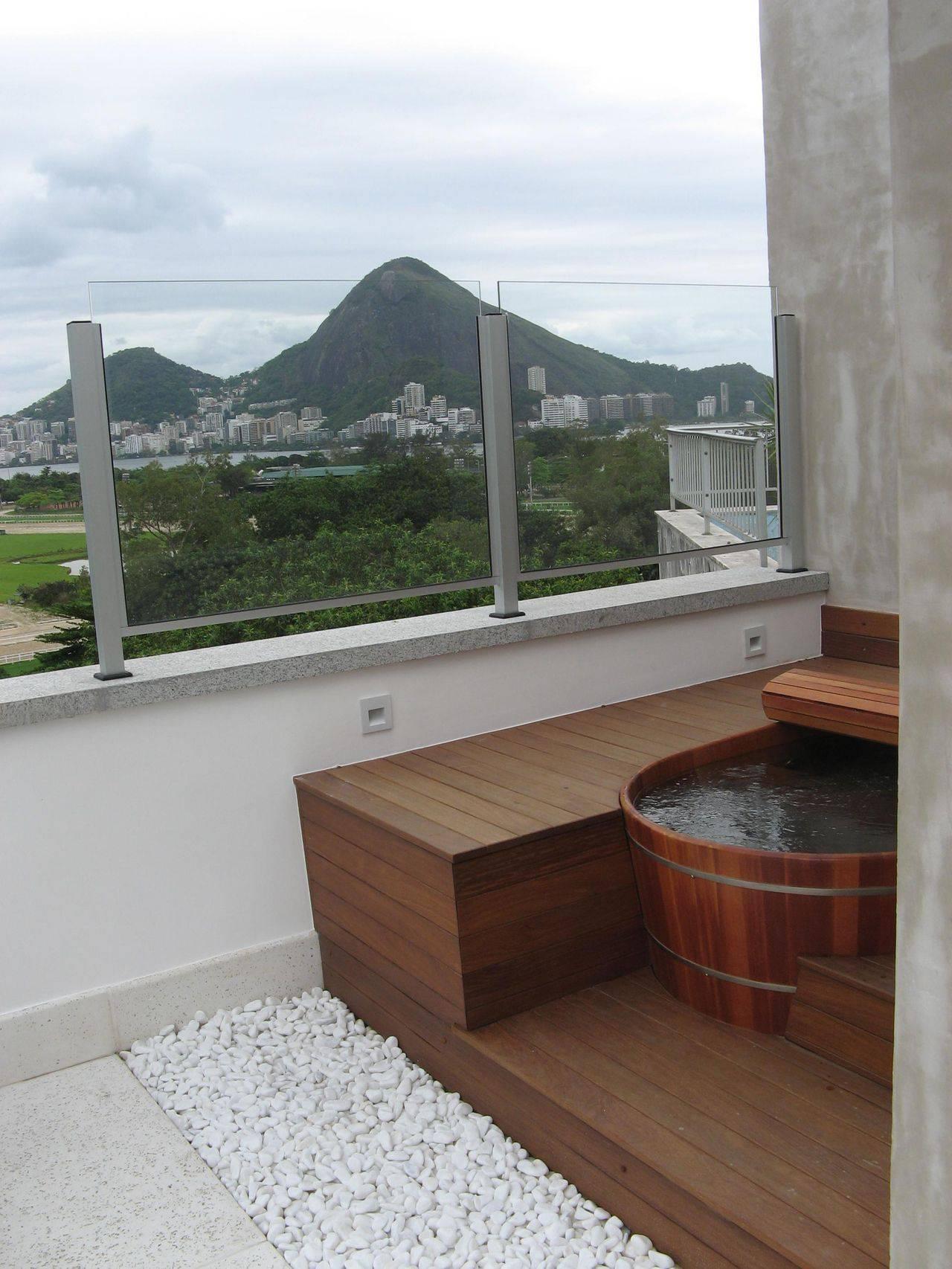 Đặt bồn tắm gỗ tròn trên sân thượng