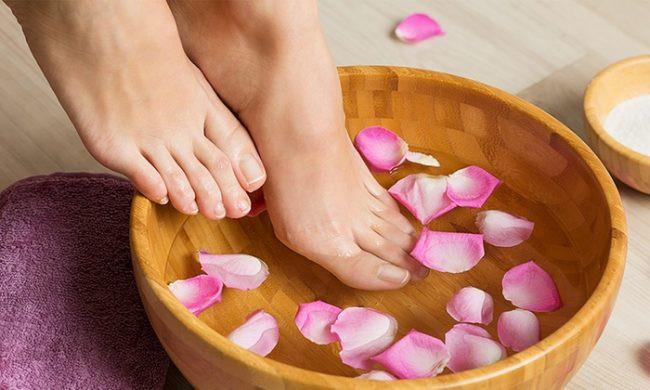 Ngâm chân với chậu gỗ