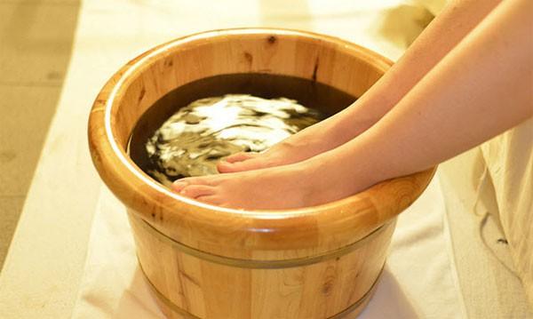 Ngâm chân thảo dược với chậu ngâm chân bằng gỗ