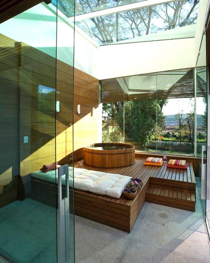 Không gian spa với bồn tắm gỗ cao cấp