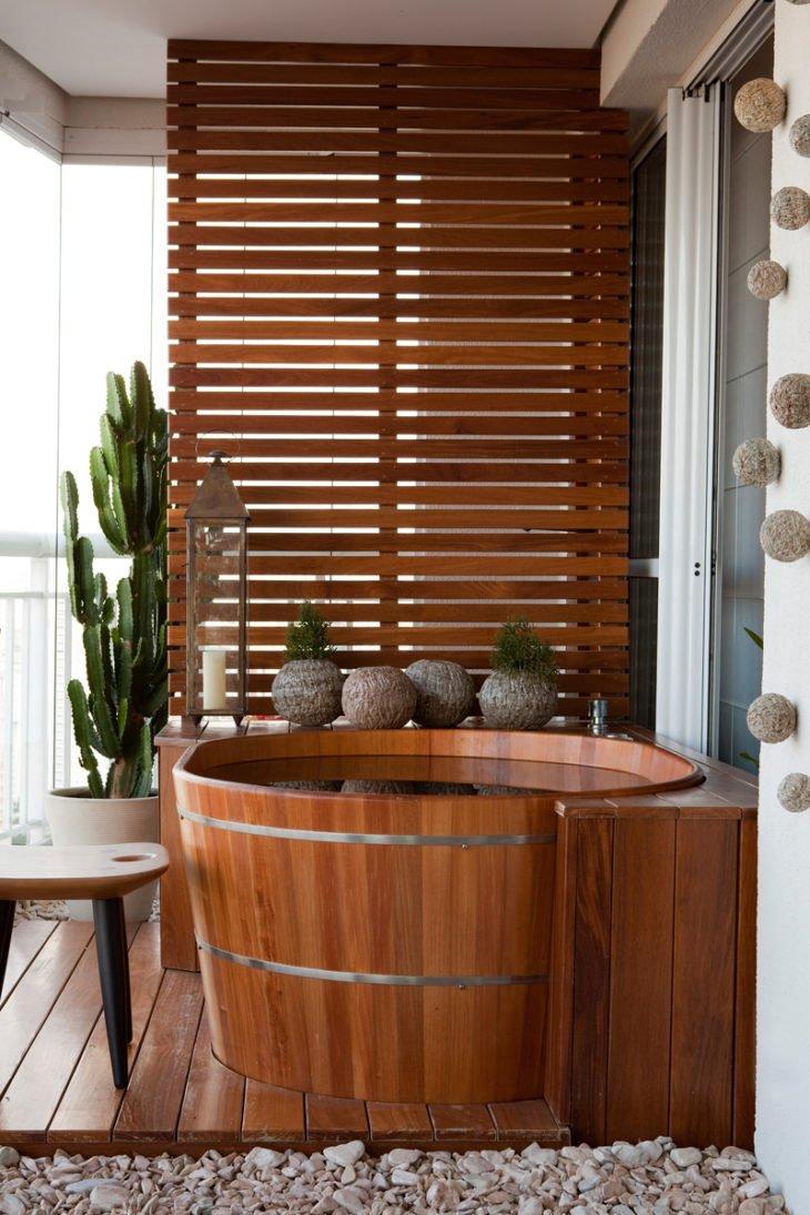 Thiết kế bồn tắm gỗ kiểu Nhật trên ban công