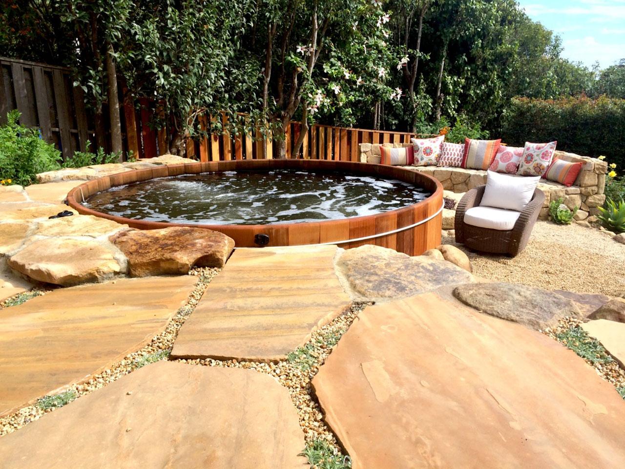 Thiết kế bồn tắm gỗ sục trong sân vườn