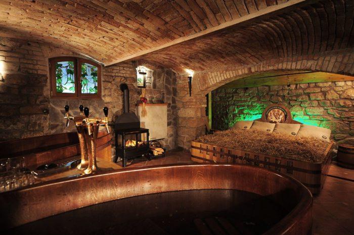 Tắm bia Séc trong bồn gỗ Spa ý tưởng độc, lạ, tác dụng không tưởng