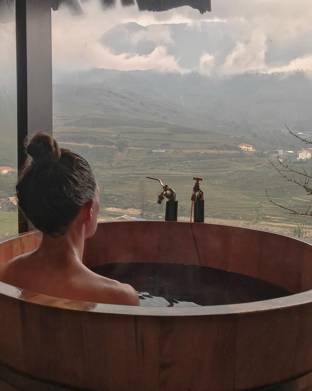 Tắm lá thuốc dao đỏ trong bồn tắm gỗ tròn