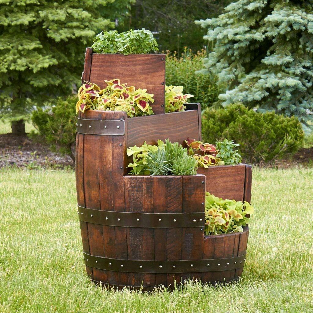 tái sử dụng thùng rượu gỗ sồi cũ làm chậu trồng hoa