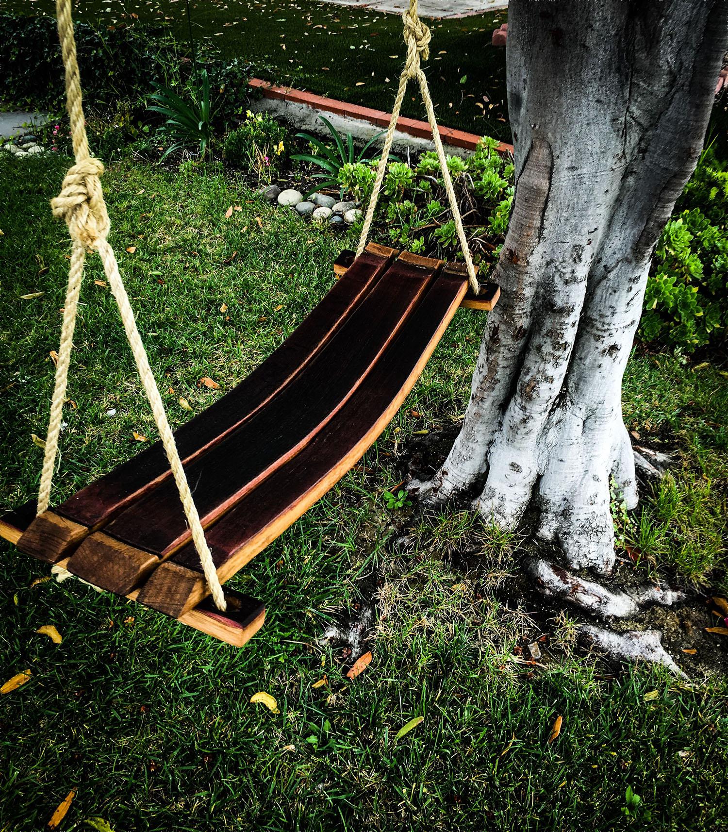 xích đu làm bằng các thanh gỗ của thùng rượu gỗ sồi