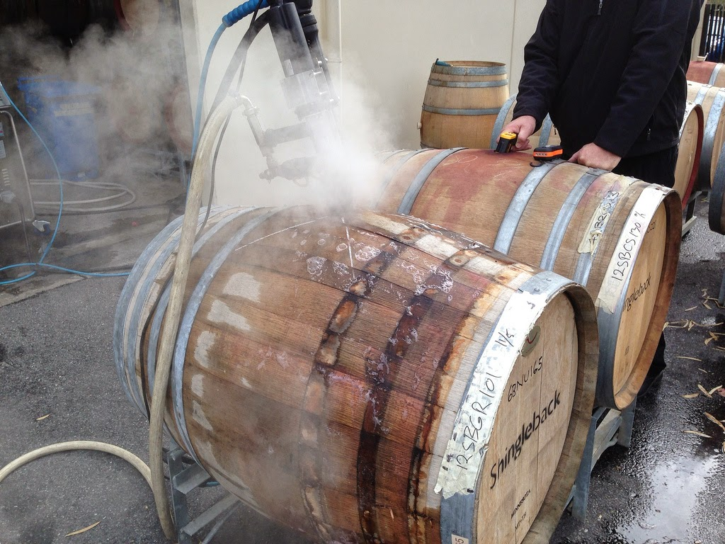 vệ sinh thùng gỗ sồi sau khi ngâm rượu