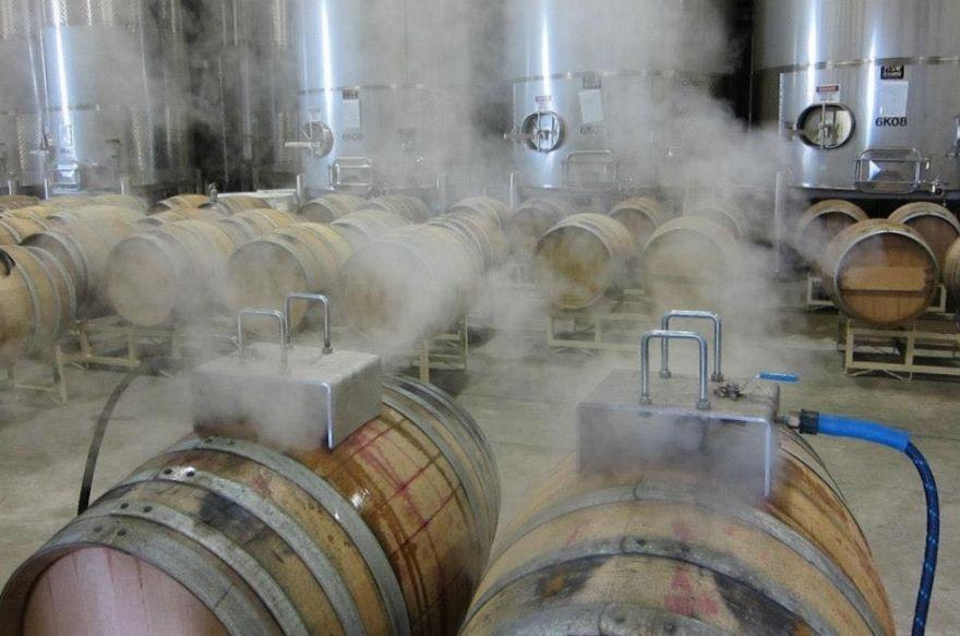 vệ sinh thùng gỗ sồi sau khi ngâm rượu bằng hơi nước