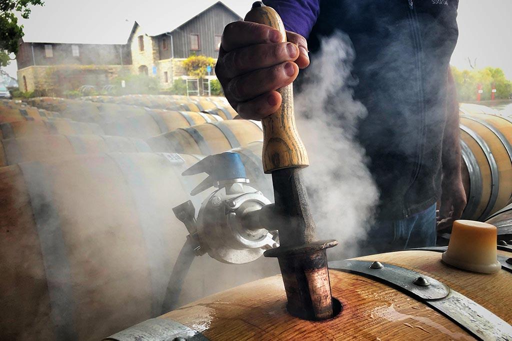 Công đoạn hấp thùng để chuẩn bị cho rượu vào ủ tại nhà máy rượu vang Napa Valley ở Oakville