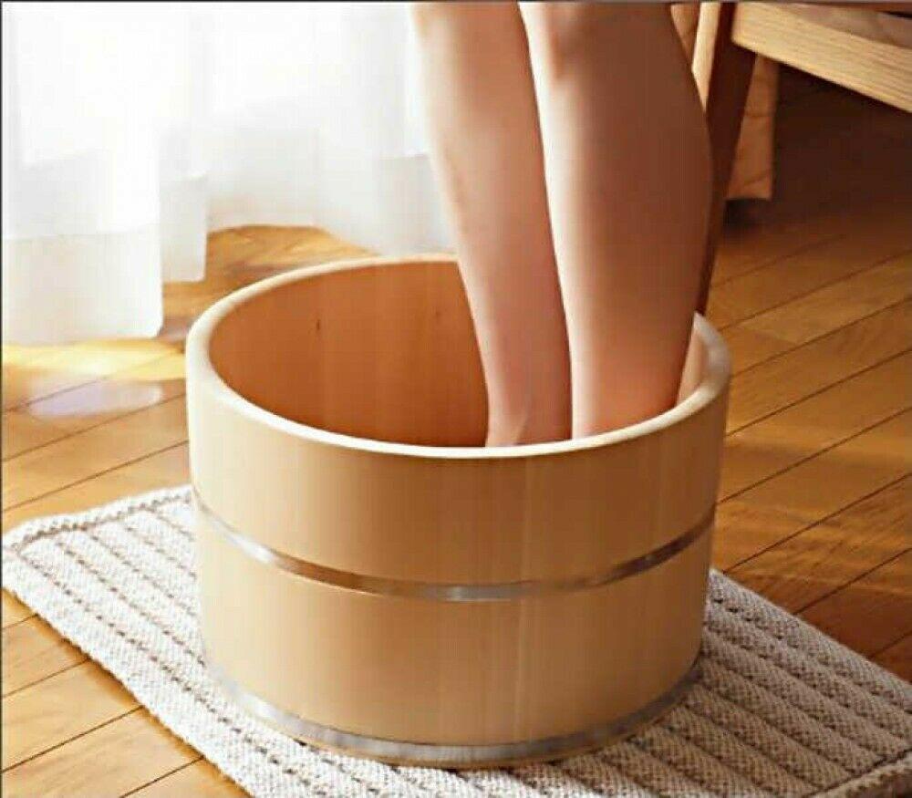 Ngâm chân trong chậu ngâm chân bằng gỗ