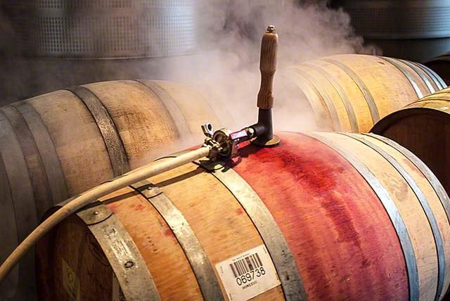làm sạch thùng rượu gỗ sồi đã sử dụng