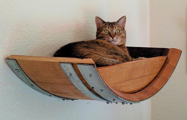 Giường ngủ treo tường cho mèo làm bằng thùng rượu gỗ sồi cũ