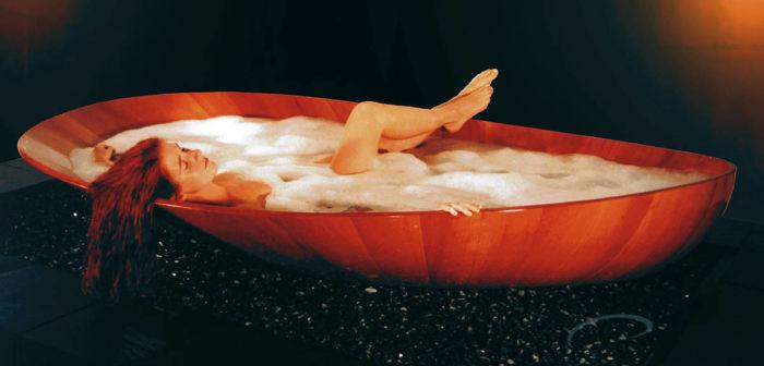 ngâm bồn tắm gỗ với tinh dầu