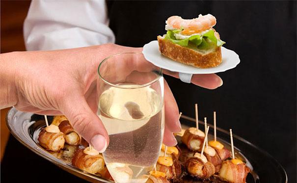Đĩa đựng thức ăn cầm tay tí hon - phụ kiện rượu vang