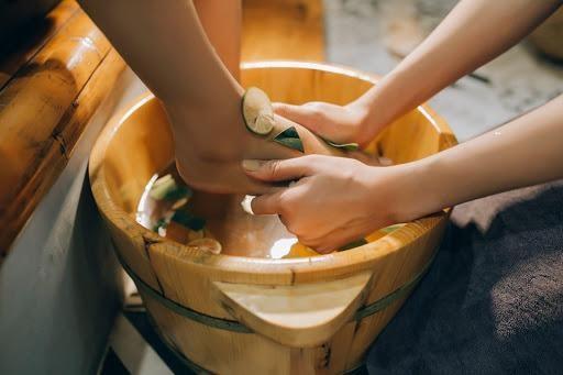 Trị hôi chân dứt điểm với tinh dầu bạc hà ngâm trong chậu gỗ 3 lần hết thử ngay